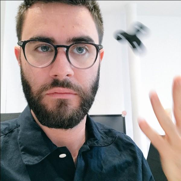 """Spécialisé dans l'humour, je suis le youtubeur francophone le plus suivi. Je viens de renommé mon ancienne chaîne YouTube spécialisée dans le gaming en """"Bigorneaux & Coquillages"""" où je fait des vidéos généralement humoristiques avec Squeezie. Qui suis-je ?"""