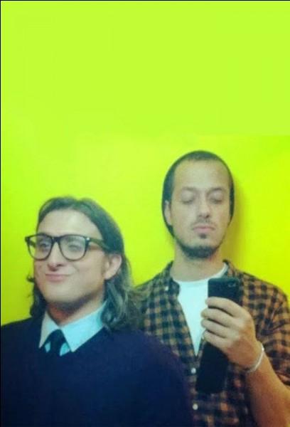 """Nous sommes un duo de youtubeurs spécialisé dans l'humour. Nous nous sommes fait connaître notamment grâce à une chanson intitulée """"J'effectue le dab"""" puis grâce à la série de vidéos """"On appelle des gens au hasard"""". Pour fêter nos 3 millions d'abonnés, Gad Elmaleh est venu tourner une vidéo avec nous. Qui sommes-nous ?"""
