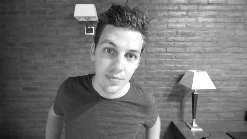 """Youtubeur français, je me suis fait connaître grâce à mes vidéos """"en graphique"""" telle que """"le caca en 9 graphiques"""" par exemple. Je ne suis également pas très sportif. Qui suis-je ?"""