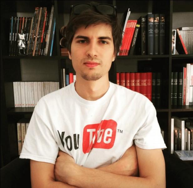 """Sur ma chaîne de top, je fais toutes mes vidéos avec le chiffre 7, mon chiffre préféré. J'ai ouvert une deuxième chaîne youtube nommée """"Le labo"""" ou j'invite régulièrement des invités. J'ai également sorti un jeu de société. Qui suis-je ?"""