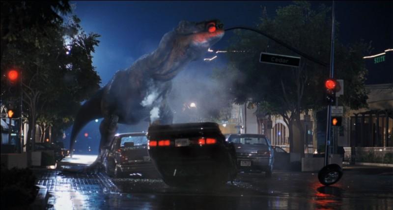 Au début du film, qui se fait attaquer par de petits dinosaures verts sur l'île ?