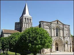 Nous sommes en Nouvelle-Aquitaine devant l'abbatiale de Saint-Amant-de-Boixe. Village de l'arrondissement d'Angoulême, il se situe dans le département ...