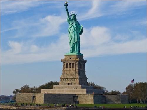 """""""L'Amérique, l'Amérique, je veux l'avoir et je l'auraiL'Amérique, l'Amérique, si c'est un rêve, je le sauraiTous les sifflets de trains, toutes les sirènes de bateauxM'ont chanté cent fois la chanson de l'EldoradoDe l'Amérique..."""" : qui chante ainsi """"l'Amérique"""" ?"""