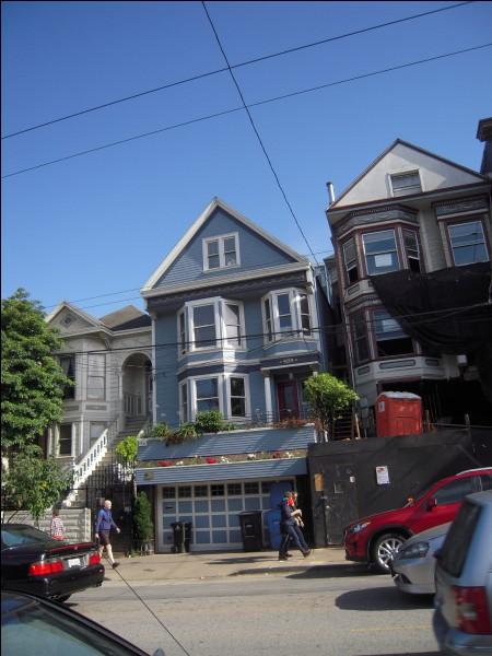 """"""" C'est une maison bleue adossée à la colline On y vient à pied On ne frappe pas Ceux qui vivent là ont jeté la clé..."""" : dans quelle ville se trouve la """"Maison bleue"""" chantée par Maxime le Forestier ?"""