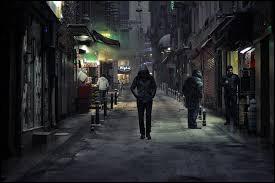 """Qui chantait """"Je marche dans la ville, tout seul et anonyme"""" ?"""