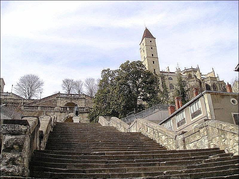 Dans quel département peut-on gravir ces 274 marches de l'escalier monumental d'Auch ?