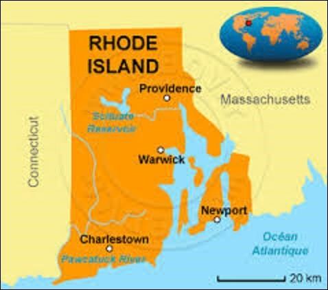Appelé littéralement ''Îles-de-Rhodes'', le Rhode Island est le plus petit État d'Amérique, mais aussi le plus densément peuplé avec 1 052 567 résidents. D'une superficie de 4 002 km², il adhéra à l'Union le 29 mai 1790. Situé au nord-est du pays, quelle ville en est la capitale ?