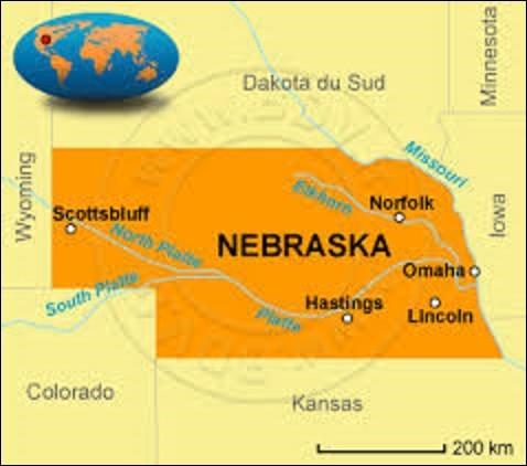 Traversé par la rivière Missouri, le Nebraska est un État du centre des États-Unis. Situé au cœur de la région des Grandes Plaines et du Midwest, son économie fonctionne principalement grâce à l'industrie agroalimentaire. Adhérant à l'Union le 1er mars 1867, sa superficie est de 200 520 km², pour une population atteignant 1 826 341 habitants. Quelle ville est sa capitale depuis son adhésion ?