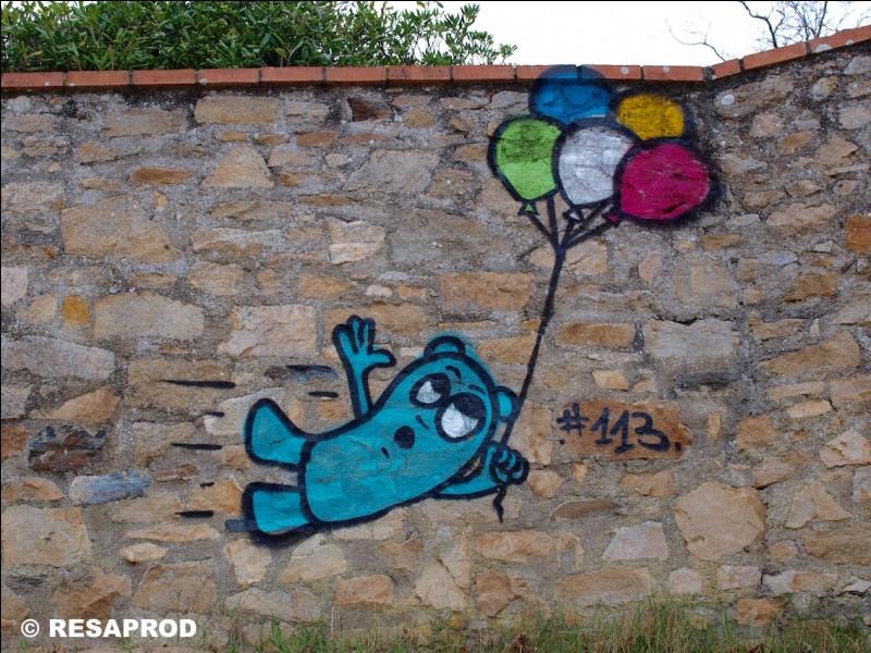 Qui sont les personnages bleus que l'on trouve peints sur les murs à travers la ville ?