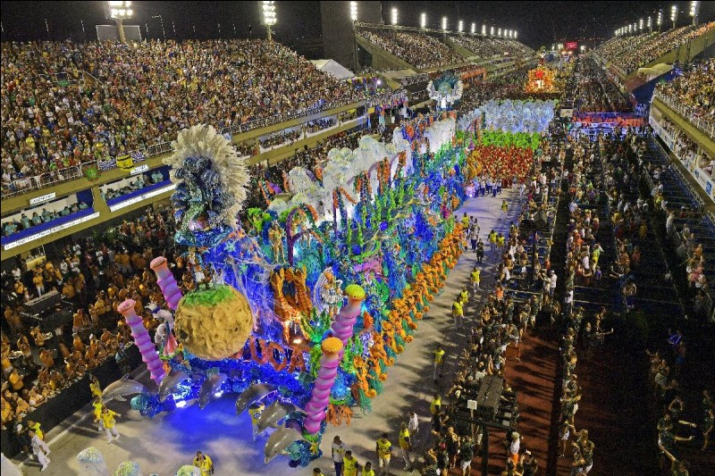 Dans quelle ville du Brésil y a-t-il un carnaval très célèbre ?