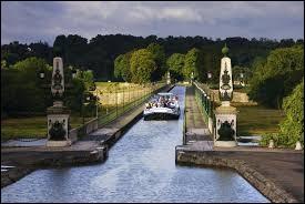 Ici, c'est différent, il s'agit d'un pont-canal : on a eu recours à une construction métallique (Gustave Eiffel y a travaillé) pour parer aux crues. Avec ses 662 m, il fut longtemps le plus long et aujourd'hui, on le considère Monument historique. De quel ouvrage parle-ton ?