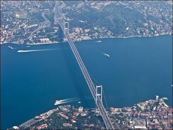 Lors de son ouverture en 1973, ce pont était le 4e plus long pont suspendu au monde, et le plus long à l'extérieur des États-Unis. Mais il va demeurer prestigieux parce qu'il relie deux continents : l'Europe et l'Asie. 180 000 véhicules l'empruntent chaque jour sur ses 1590 m. Quel est ce pont ?