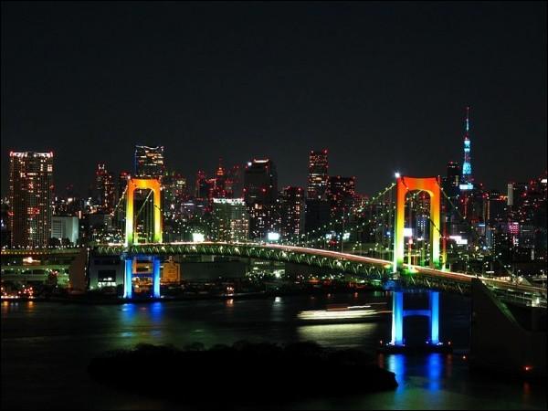 Véritable symbole de Tokyo, ce pont a 798m de long, 127m de haut et sa circulation se fait sur 2 étages. L'efficacité prime et un métro y fait la navette. Mais le plus bel observatoire de la baie, reste la promenade à pied qu'on peut y faire. Quel est ce pont ?