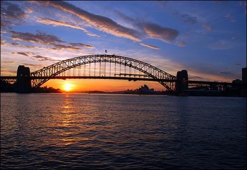 Vrai chef-d'oeuvre d'ingénierie, voici le pont le plus large du monde avec ses 8 voies de circulation, sa voie de chemin de fer, et sa bande réservée aux cyclistes et aux piétons. La vue de ce pont et de l'opéra, tout proche, est emblématique de l'Australie. Lequel est-ce ?