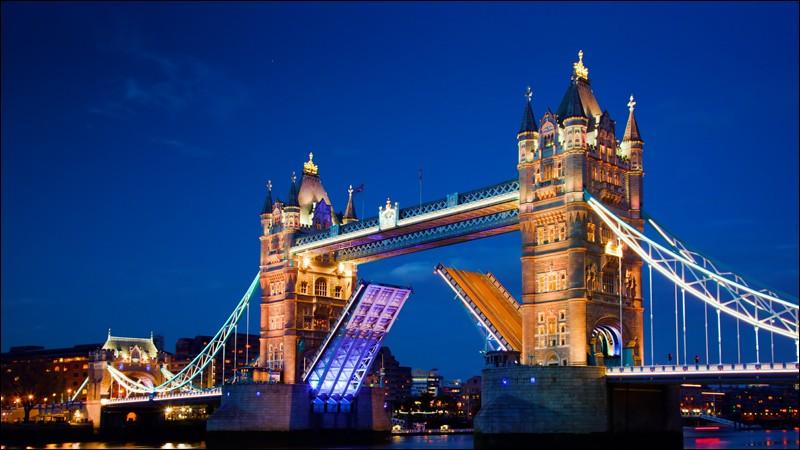 Voici une des figures les plus reconnues à travers le monde. Ce célèbre pont est sur la Tamise mais il se soulève car les navires doivent toujours pouvoir passer. Il mesure 65 m de haut et 244 m de long. Les deux côtés peuvent se lever à 86 degrés en une minute. Quel est le nom de ce célèbre pont ?