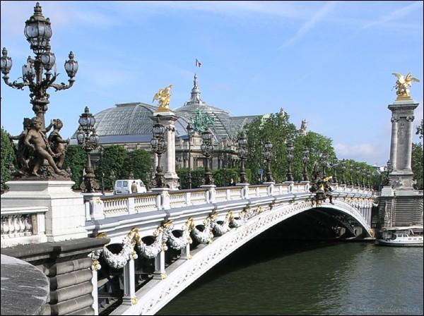 Ce pont offre un panorama extraordinaire à la fois sur la Tour Eiffel, les Invalides et le Grand Palais. Il porte le nom d'un Tsar de Russie. Il a été inauguré lors de l'exposition universelle de 1900. Quel nom porte-t-il ?
