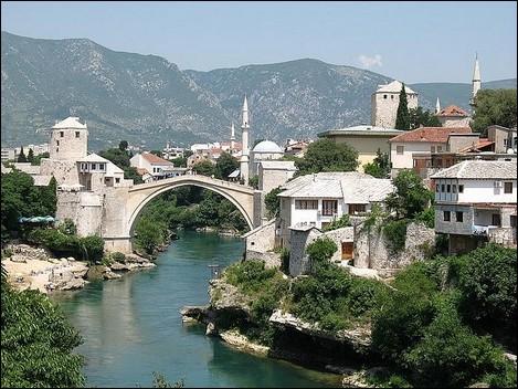 Il date de 1566 et il est facilement reconnaissable avec son architecture particulière en forme d'arche en dos d'âne entourée par deux tours fortifiées. Il a connu la mésaventure, ayant été détruit au cours de la guerre de 1993, lui qui avait donné son nom à la ville. Reconstruit, il est un symbole de paix entre Bosniaques et Croates. Quel est son nom ?