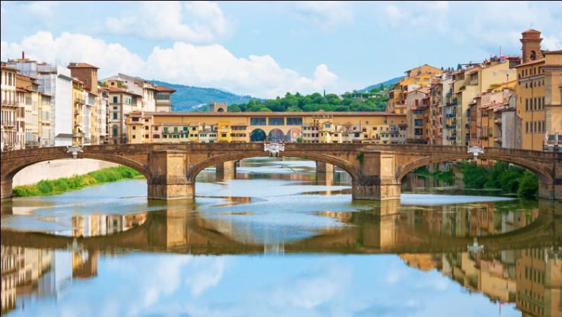 Ce pont moyenâgeux (1345), qui surplombe l'Arno, est bâti avec plusieurs boutiques et de nombreuses bijouteries. Au-dessus de cet étage de boutiques, il y un étage supérieur qui permettait le passage à la puissante famille des Médicis, pour ne pas avoir à se mélanger au monde ordinaire. Quel est ce pont de Florence ?