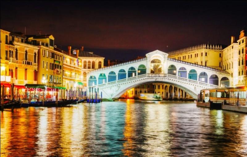 Ce pont enjambe le Grand Canal et permet de relier les quartiers de San Marco et San Polo. Il est certainement l'un des ponts les plus célèbres, étant en plein dans la zone touristique. Il est de pierre, long de 48 m pour 22 de large : sa construction fut terminée en 1591. Les boutiques, qui aujourd'hui abritent des commerces ne sont apparues que bien plus tard.Quel est le nom de ce pont ?