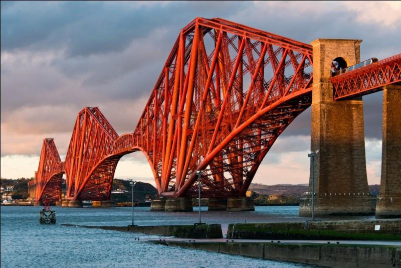 C'est une leçon de l'histoire de l'ingénierie : ce pont avait, quand il fut inauguré en 1890, les travées les plus longues du monde (541m) et il demeure l'un des plus grands ponts cantilever.C'était un pont de conception innovatrice, l'utilisation de ses matériaux et son envergure ont fait école, tout comme sa ligne esthétique pure. Où est-ce ?
