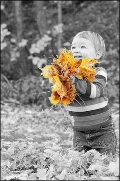 En quel mois ce petit garçon va-t-il offrir ce bouquet de feuilles d'automne, à l'occasion de la fête des grands-pères ?