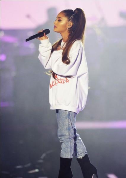 Elle a malheureusement subi un attentat suicide à la fin d'un de ses concert à...