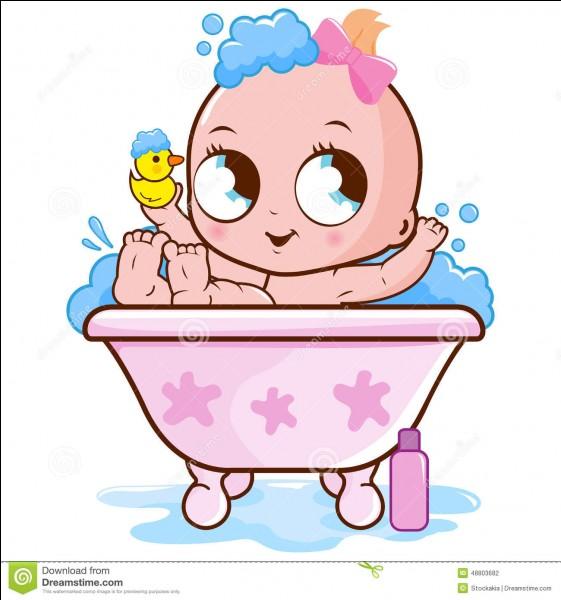 C'est l'heure du bain pour bébé Léa.