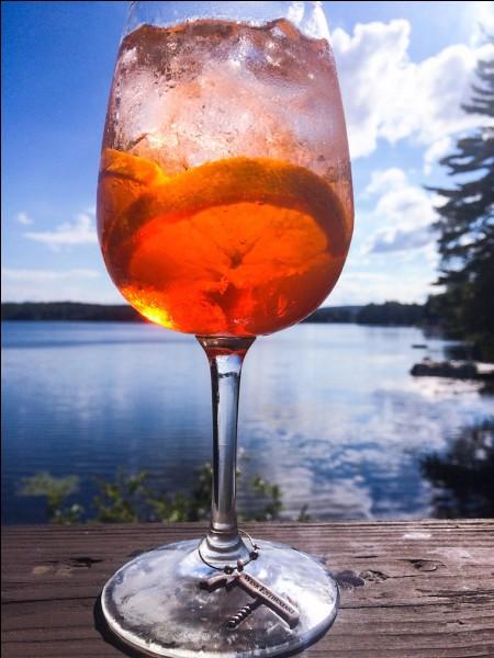 """D'où est originaire le cocktail nommé """"spritz"""", servi avec beaucoup de glaçons, très désaltérant, et très consommé dans sa région d'origine ?"""