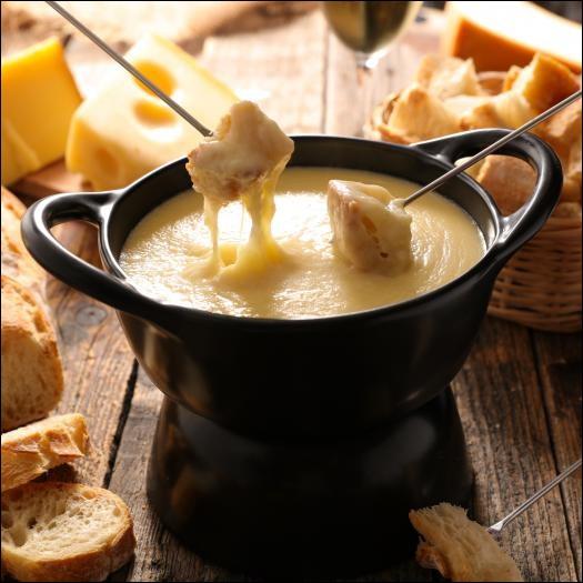 Quel alcool est indispensable à la réalisation de la fondue savoyarde ?