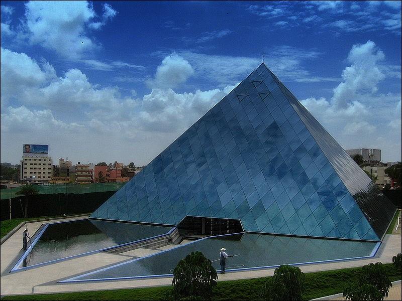 Cette pyramide se trouve-t-elle à Paris ou en Inde ?