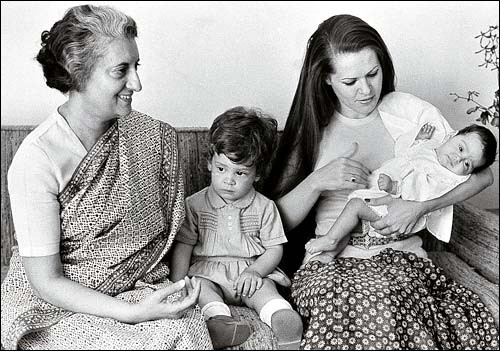 Qui est la femme importante sur cette photo ?