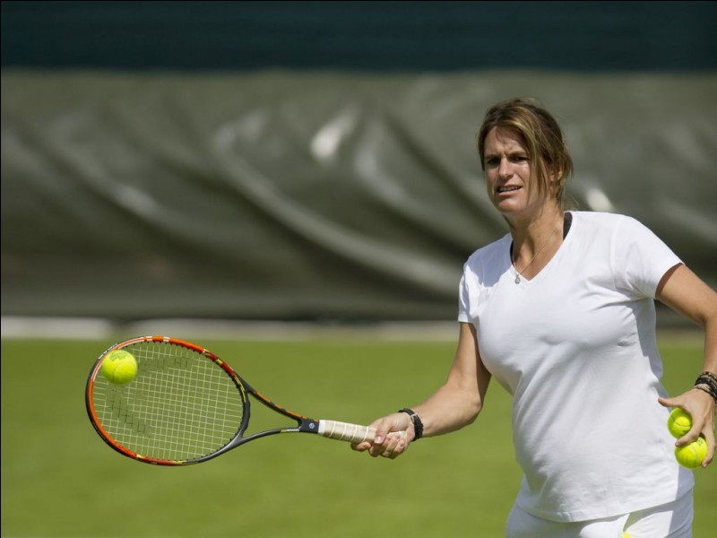En quelle année, Amélie Mauresmo devient-elle la première française n°1 mondiale au tennis ?