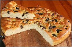 Pain de forme plate et cuit au four, originaire d'un pays Méditerranéen, généralement assaisonné avec de l'huile d'olive et du sel, et parfois des herbes.