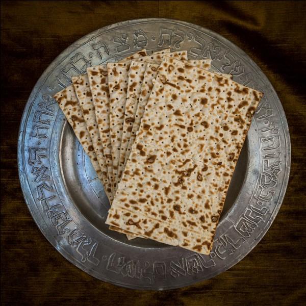 Pain ancien confectionné de céréales, mais non levé (il n'a pas gonflé sous l'effet du levain ou de la levure) car il est uniquement constitué d'eau et de farine pétries ensemble. C'est un pain que les Juifs font cuire durant la fête de Pessa'h (Pâque juive).