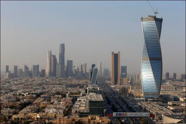 Localisation : Moyen-Orient Habitants : 1 834 741 Climat : semi-aride A voir : Fort MasmakA vu naître : Ben LadenQuelle est cette ville ?