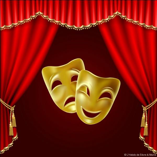 Au théâtre, on appelle ''côté cour'' le côté gauche de la scène, vu de la salle.