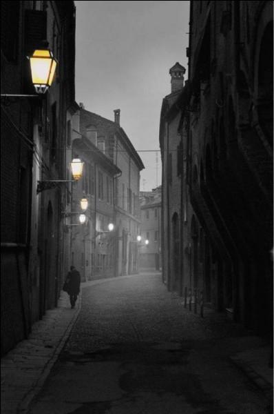 """À qui sont les paroles """"Rue déserte, dernière cigarette, plus rien ne bouge"""" ?"""