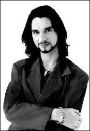Quel souci rencontre le chanteur au début des années 90 ?