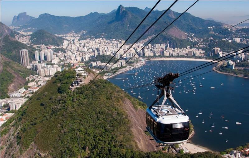 Dans quelle ville peut-on voir le Pain de Sucre, un pic culminant à 396 mètres ?