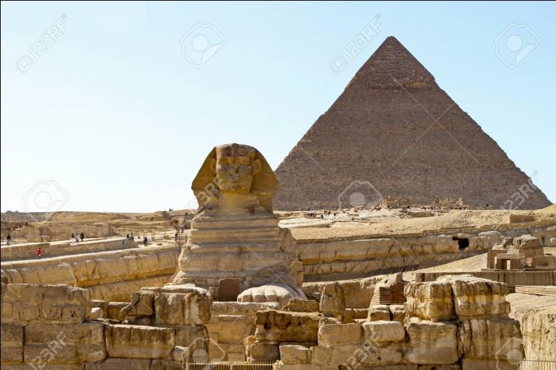 Quelle pyramide de la nécropole de Gizeh est comptée parmi les Sept Merveilles du monde antique ?