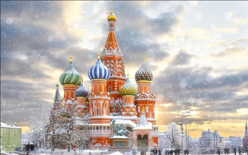 Sur quelle place se situe le Kremlin, à Moscou ?