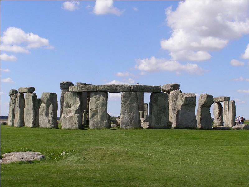 Lors de quelle période les mégalithes du site de Stonehenge ont-ils été érigés ?