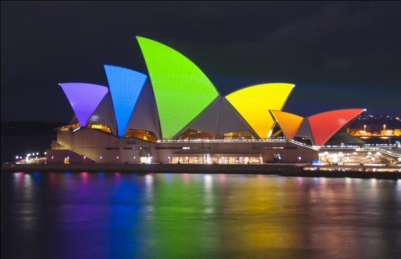 Combien de spectateurs la plus grande salle de l'opéra de Sydney peut-elle accueillir ?
