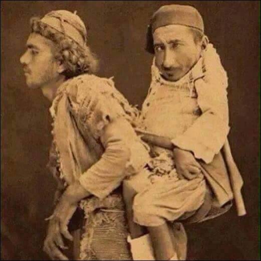 1899, Damas. Mohamed, musulman aveugle, porte sur son dos son ami Samir, chrétien, nain et handicapé. Tous deux orphelins, Mohamed est vendeur ambulant, mais quel est le métier de Samir ?