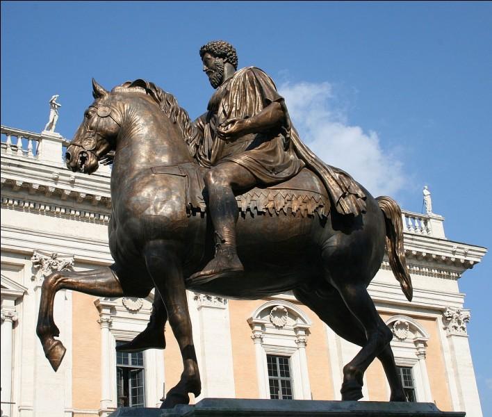 Le nombre de pieds levés sur une statue équestre indique la fin glorieuse ou pas du cavalier.