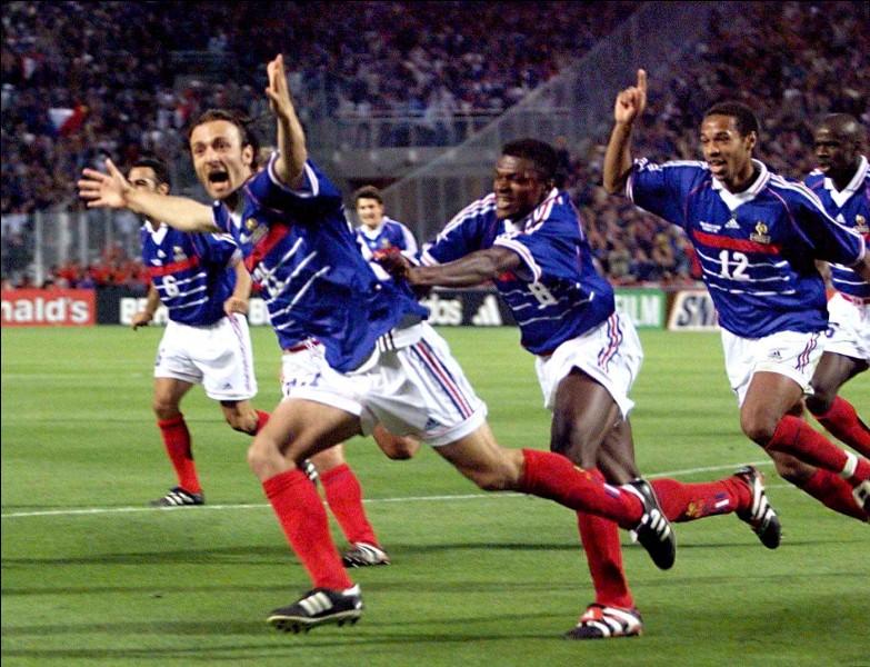 Combien d'étoiles dominent l'emblème de l'équipe de France ?