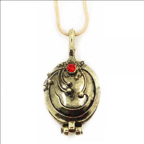 Qui a offert le collier de veine de Vénus à Elena ?
