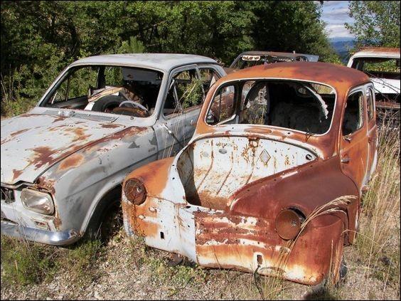 Quelle est cette voiture à gauche de la 4 CV ?