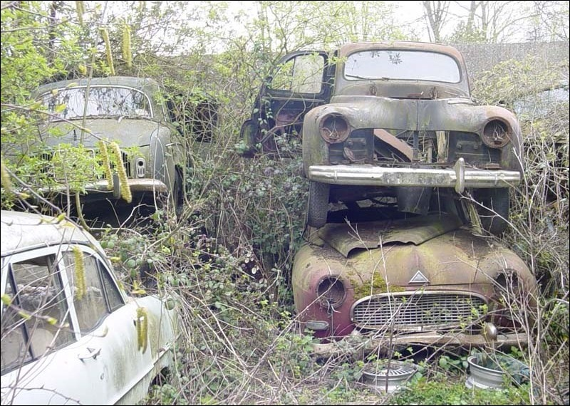 Sur la même photo , quelle est la voiture qui est devant la Dauphine ?