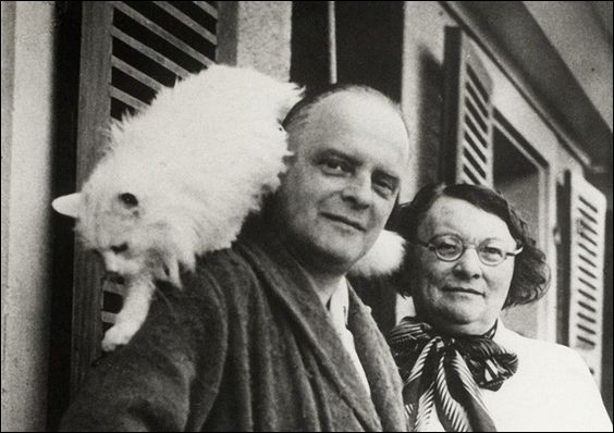 Pour Paul Klee, le chat est un dieu égaré sur la terre. Artiste peintre du XXe siècle, fasciné par les chats, comment a-t-il surnommé son dernier chat (en photo) ?